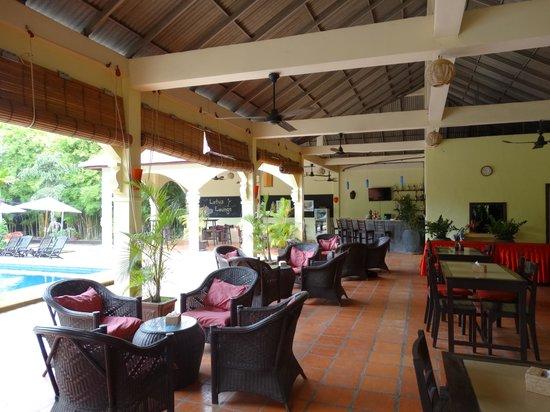 Lotus Lodge: pool and bar