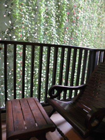Ananta Burin Resort: Balcony with table and chairs