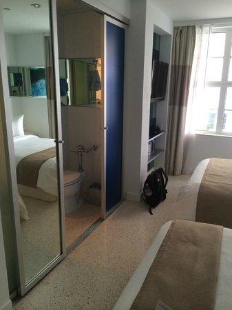 Clevelander South Beach Hotel : En enkel skjutdörr skiljer badrum från sovrum.