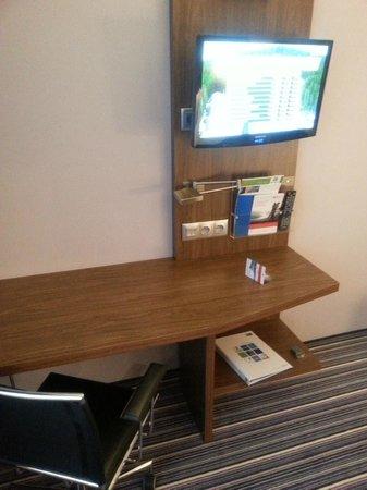 Holiday Inn Express Warsaw Airport: Room