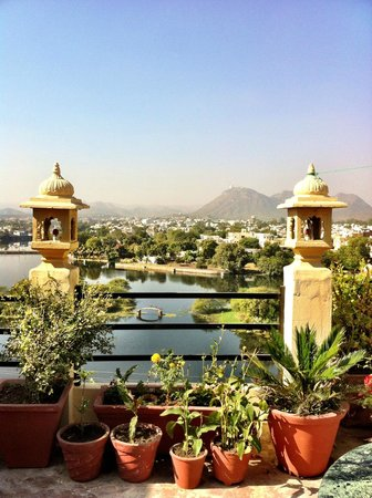 Mewari Villa Hotel and Guest House: beautiful bacony at the top of guesthouse