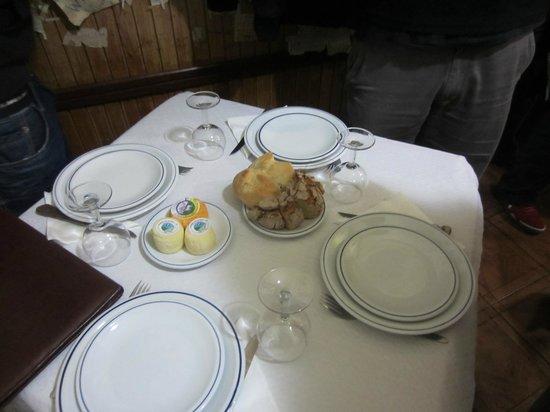 mesa puesta en comedor de Ze Manel dos Ossos