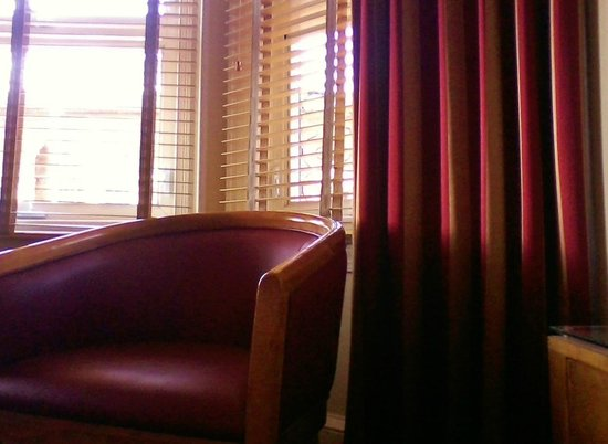 Alexander Inn: Great Reading Spot in Room