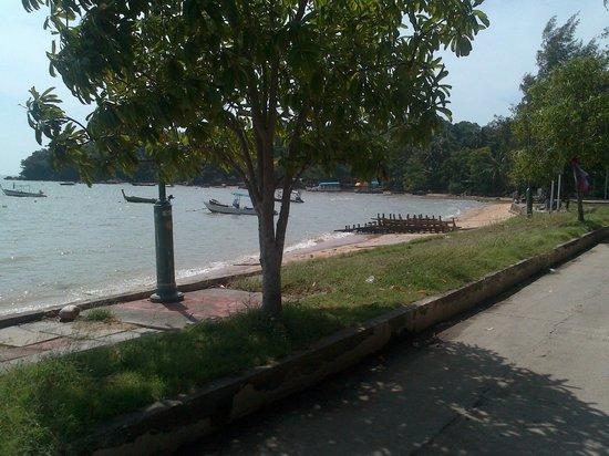 Rawai Beach Resort: Lungomare a due metri dal resort - passeggiata