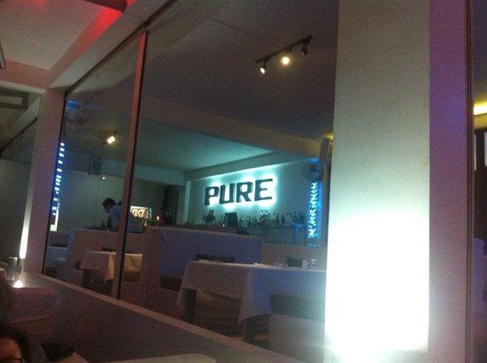 PURE Bar Lounge & Restaurant: Restaurant avec baies ouvertes et terrasse extérieur avec canapé