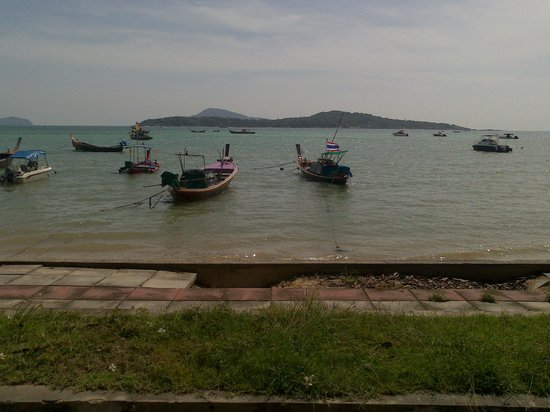 Rawai Beach Resort: Lugomare a due metri dal resort con tail boats