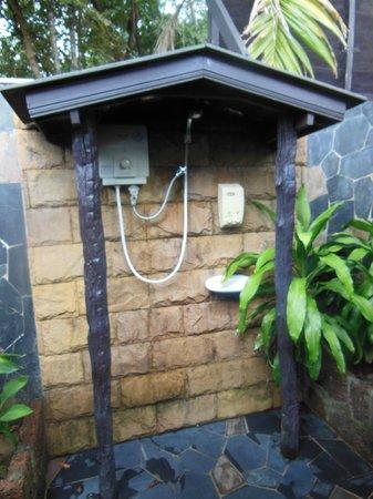 Koh Kood Beach Resort: The shower of the twin thai house. No waterpressure. Very poor