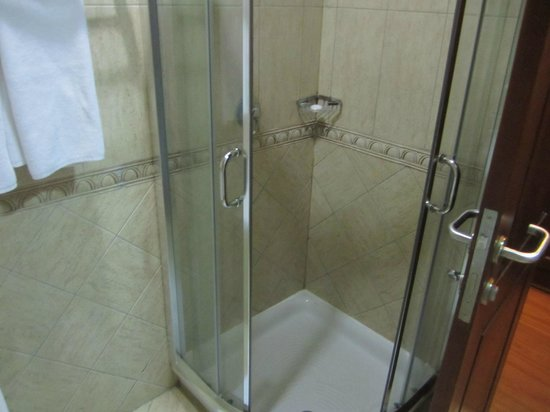 Kibo Palace Hotel : Shower cubicle