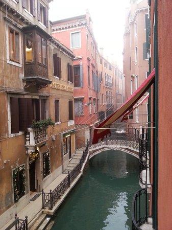 Hotel Saturnia & International : Vue du canal depuis la fenêtre de la chambre