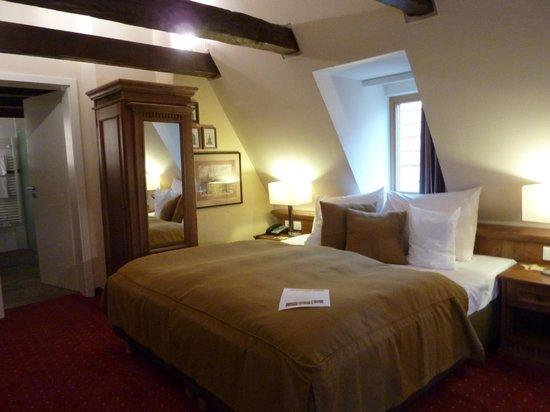 Romantik Hotel Scheelehof: Room 416 bed side