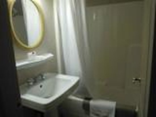 Ramada Limited Vancouver Downtown: bath