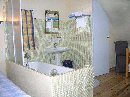 L'Oree du Bois: salle de bain ouverte dans la chambre de 3 personnes
