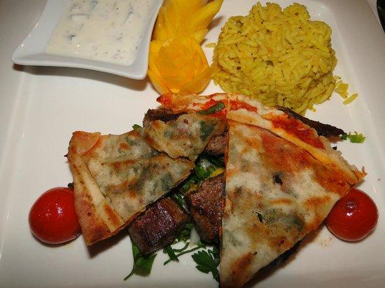 Al Hamra Restaurant: namens Lahme Mischwijeh - gegrilltes Lammfleisch vom Spieß