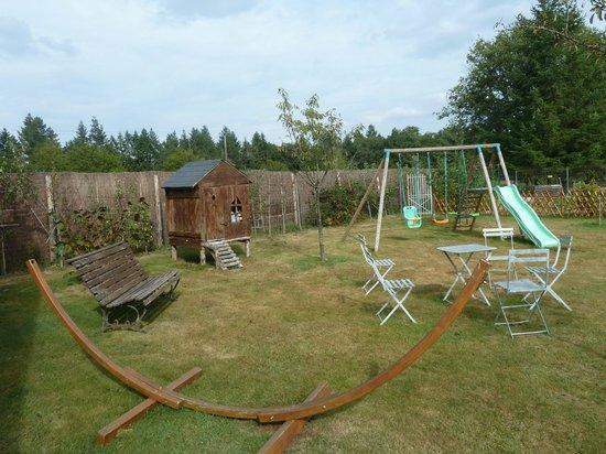 L'Oree du Bois: jardin détente pour les enfants et les plus grand avec la table de ping pong