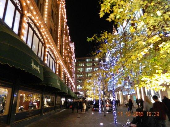 Premier Inn London Leicester Square Hotel: Harrod's tutto illuminato!
