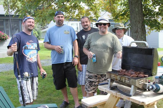 Lakeside Motel & Cabins: Perfect spot for grilling and picnics with friends