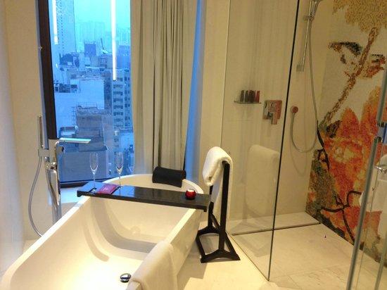 Mira Moon Hotel: bath