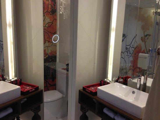 Mira Moon Hotel : bath