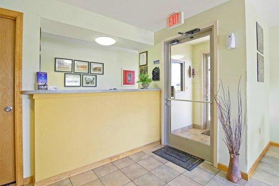 Americas Best Value Inn and Suites Little Rock/Bryant : Front Desk