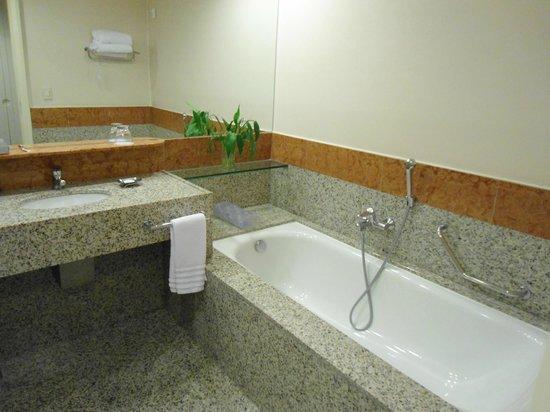 Pullman Sao Paulo Guarulhos Airport : Amplo banheiro, com opção de ducha e banheira
