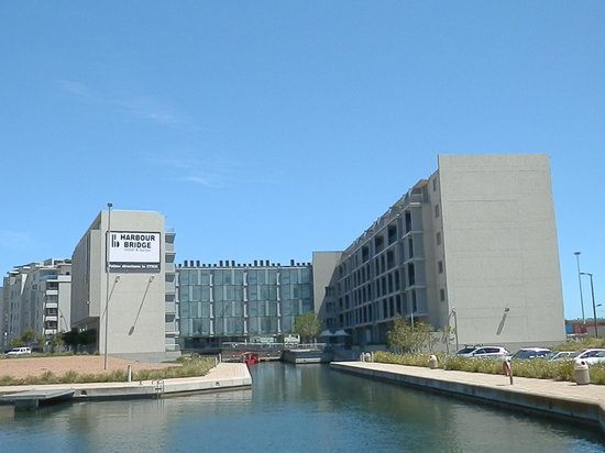 AHA Harbour Bridge Hotel & Suites: The canal  leads to the Waterfront and red canal boats operate during daytime