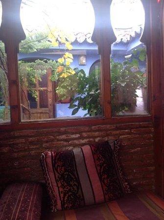 Hotel Koutubia Chefchaouen: charmante terrasse couverte sur le toit