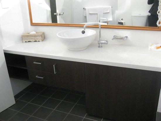 BreakFree Aanuka Beach Resort : the basin in the bathroom
