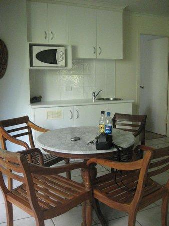 BreakFree Aanuka Beach Resort: eating area and kitchen