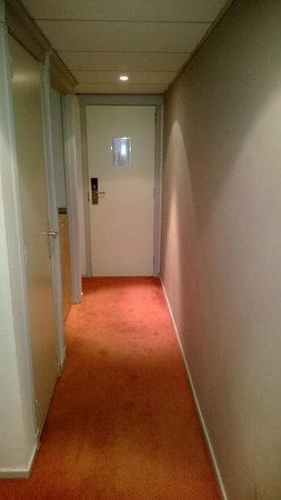 New Hotel Charlemagne : couloir privatif vers la salle de bain