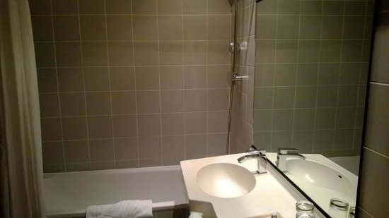 New Hotel Charlemagne: baignoire/douche