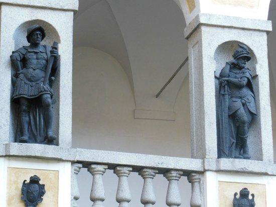 Palazzo Vescovile: statue  nelle logge