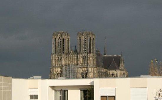 Mercure Reims Centre Cathédrale : La cathédrale vue de la chambre