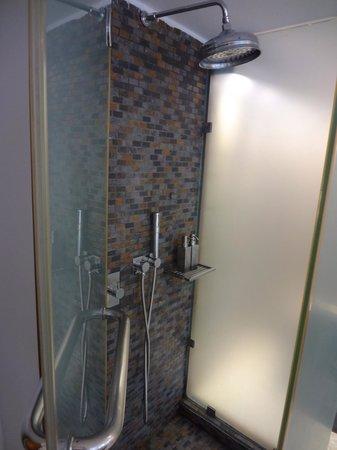 Sun Rocks Hotel: シャワールーム。取り外せるシャワーがついてます。
