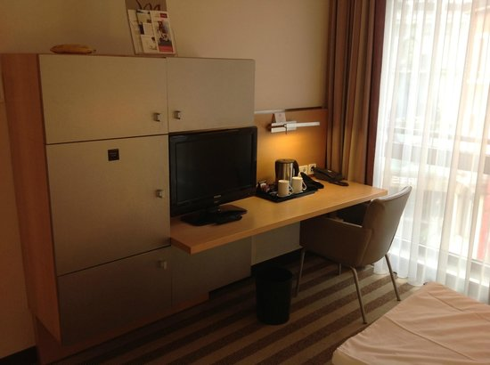 Mercure Hotel Aachen am Dom : Bedroom facilities with only one chair