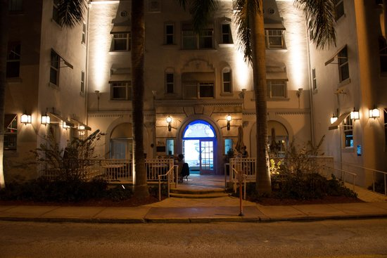 Blue Moon Hotel, Autograph Collection : Entrance at night