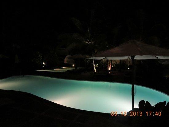 Emeraude Beach Attitude : une des 2 piscines,la nuit