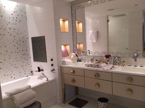Mandarin Oriental, Paris: Deluxe Suite Bathroom