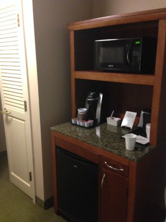 Hilton Garden Inn Addison: Mini Fridge and Microwave