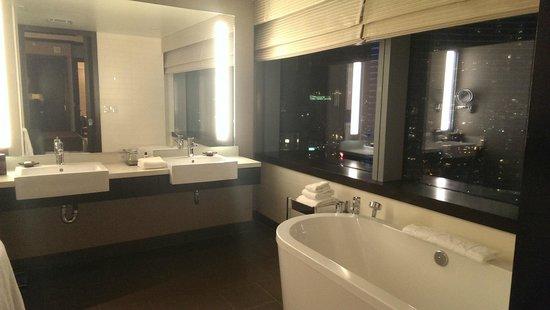 Vdara Hotel & Spa: Vista del baño