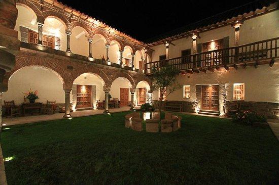 Inkaterra La Casona Relais & Chateaux: The courtyard at night