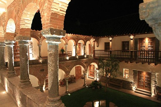 Inkaterra La Casona: The courtyard at night