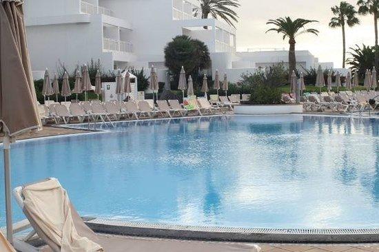 ClubHotel Riu Paraiso Lanzarote Resort: Kameruitzicht op het zwembad.