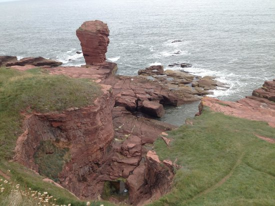 ‪Arbroath to Auchmithie Coastal Path‬