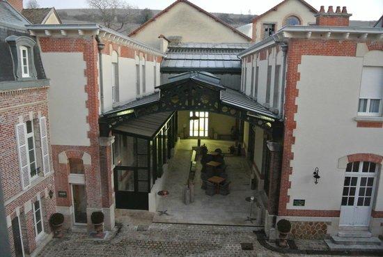 Hotel Castel Jeanson : cour intérieure avec la piscine à l'arrière