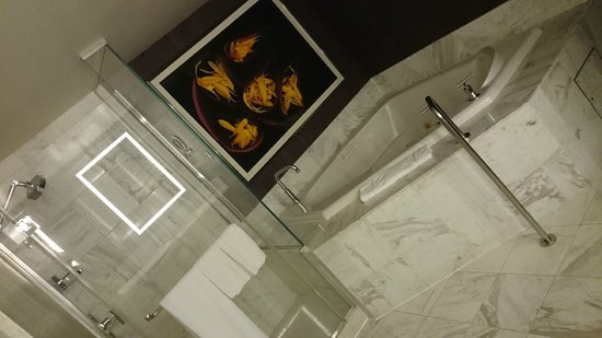 MGM Grand Hotel and Casino: Bathroom