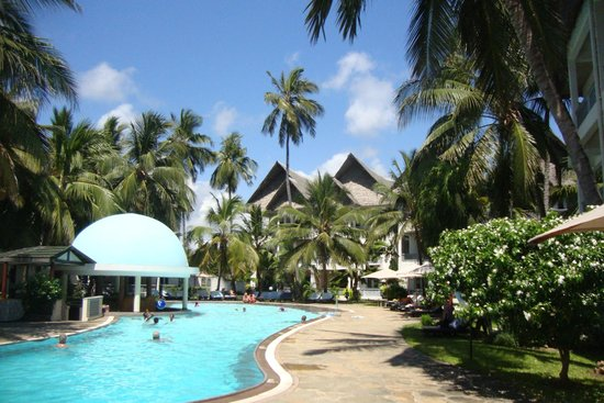 Royal Reserve Safari and Beach Club: Pool around which accommodation and restaurant are set out