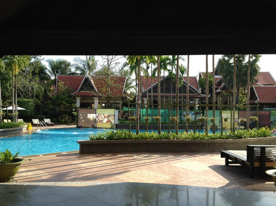 Borei Angkor Resort & Spa : Relaxing pool scene