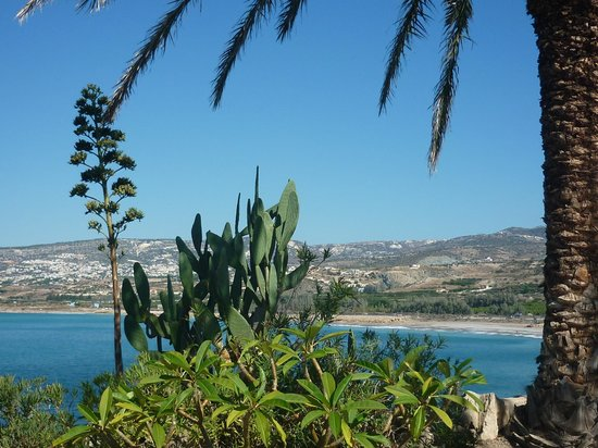 Vrachia Beach Resort: zicht vanuit tuin