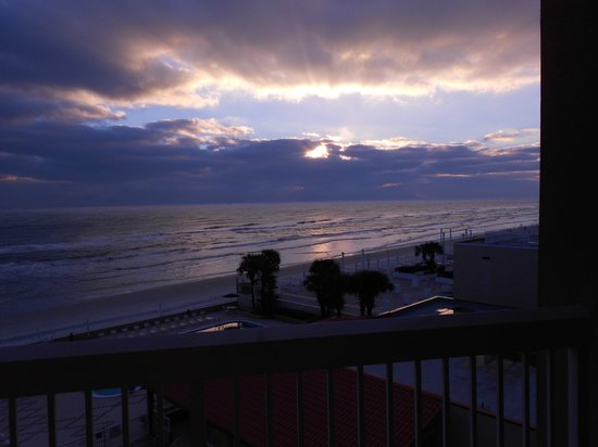 Holiday Inn Resort Daytona Beach Oceanfront: Daytona Sunrise from our balcony