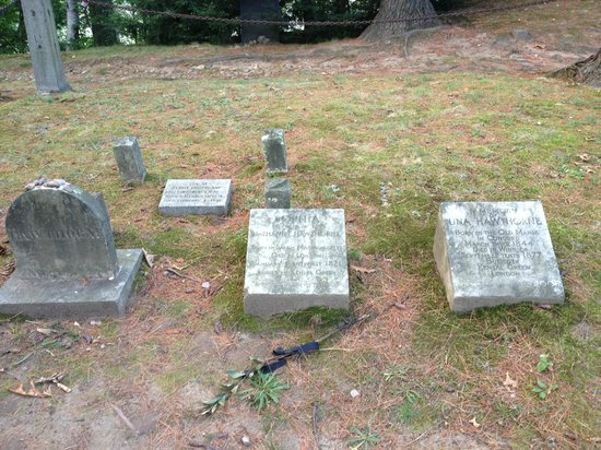 Sleepy Hollow Cemetery: Nathaniel and Sophia Hawthorne, Una's memorial